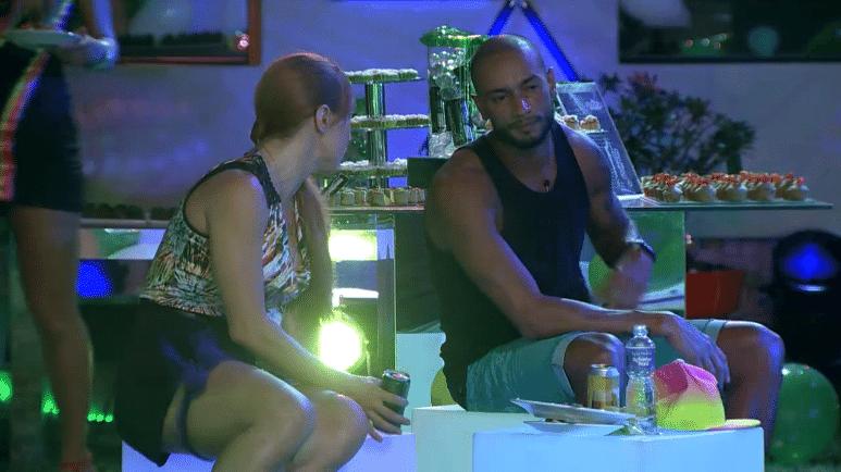 6.mar.2014 - Aline tenta se reaproximar de Valter e oferece um ombro amigo, caso ele quisesse conversar