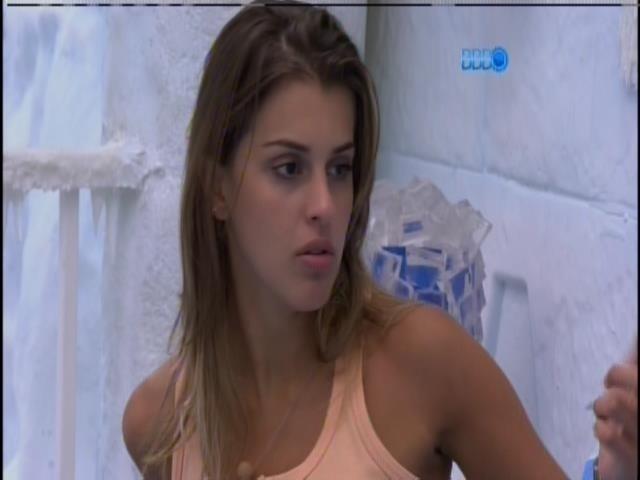 6.mar.2014 - Angela fala para Cássio e Valter que ainda está chateada com Marcelo