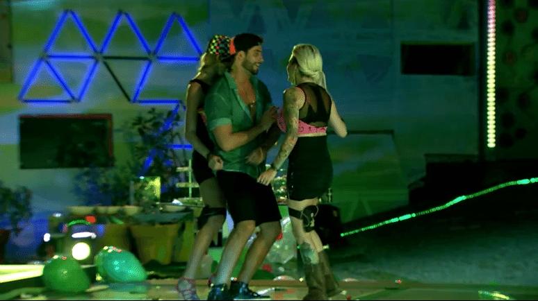 6.mar.2014 - Antes carente, agora Marcelo é cercado por mulheres em Festa Fusion. Tatiele e Clara tentam fazer ciuminho em Angela