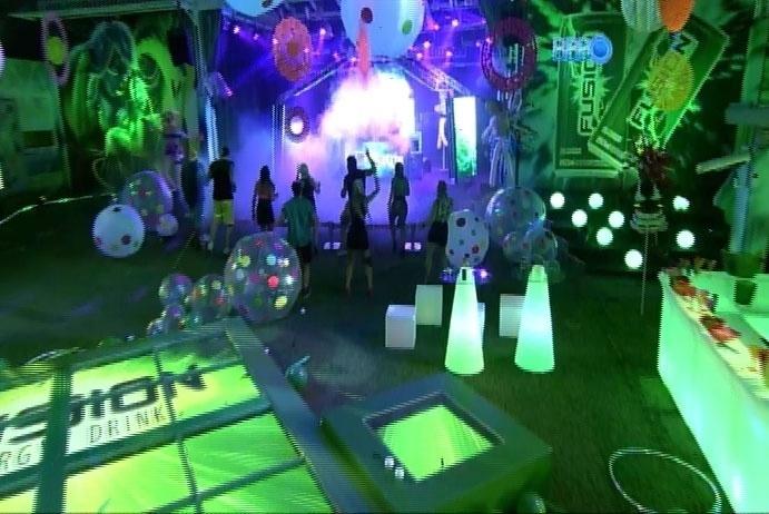 6.mar.2014 - Brothers dançam freneticamente ao som da batida eletrônica dos DJs Felguk na Festa Fusion