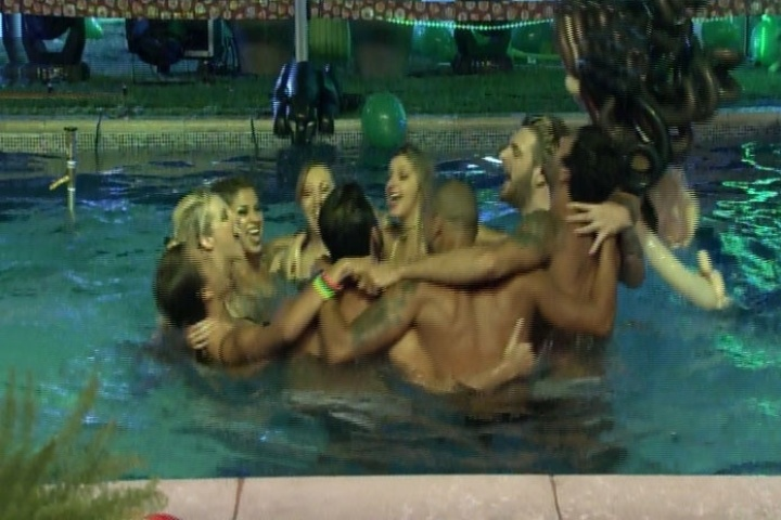 6.mar.2014 - Brothers se divertem dentro da piscina e mostram harmonia durante Festa Fusion