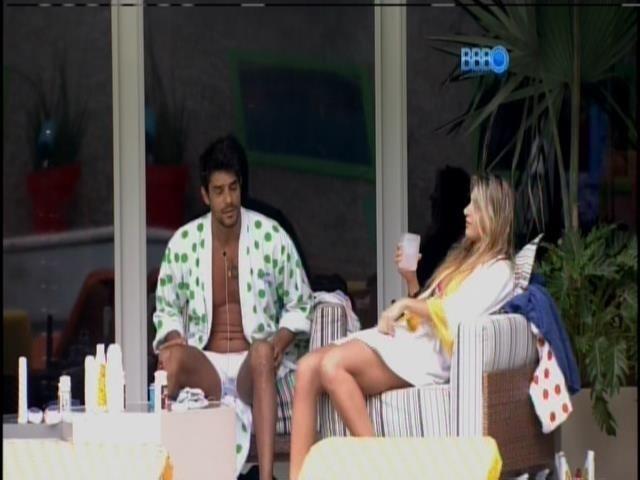 6.mar.2014 - Diego, Tatiele e Marcelo conversam animadamente na varanda