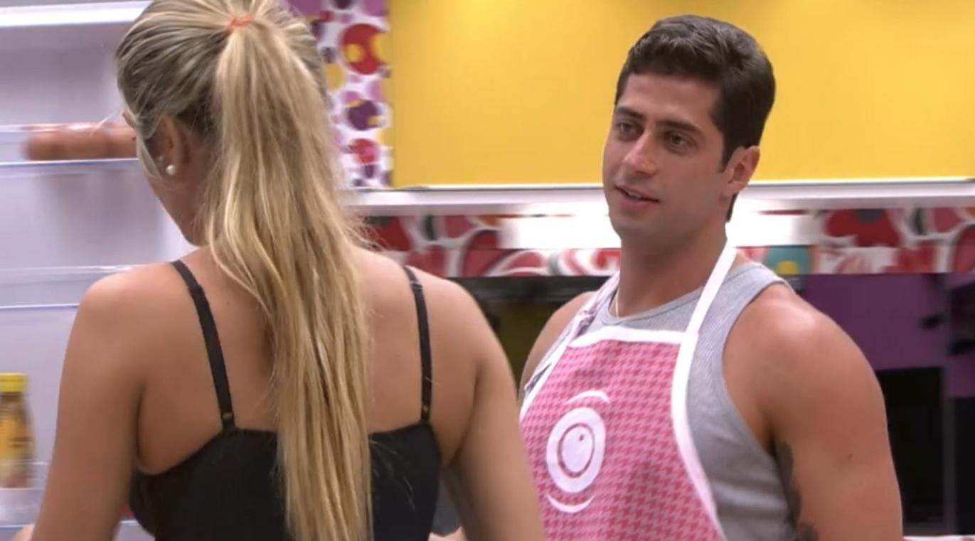 6.mar.2014 - Marcelo conta para Tatiele que não entende o ciúmes de Angela