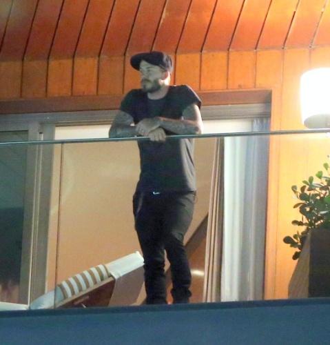 6.mar.2014 - No Brasil para assistir aos desfiles das escolas campeãs do Rio de Janeiro, o jogador de futebol David Beckham observa a vista da cidade maravilhosa