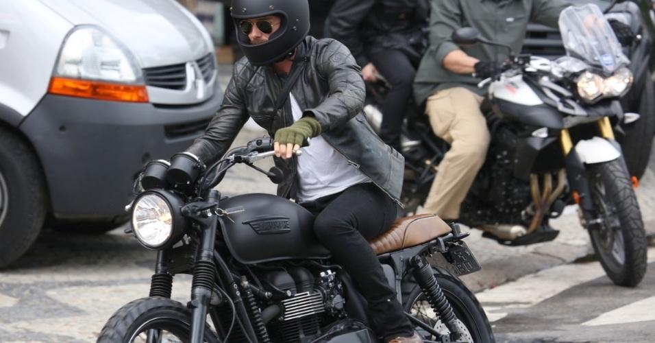 6.mar.2014 - No Brasil para assistir aos desfiles das escolas campeãs do Rio de Janeiro, o jogador de futebol David Beckham resolveu se arriscar no trânsito carioca com uma moto