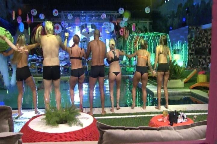 6.mar.2014 - Piscina é liberada por Boninho e brothers se preparam para pular de cueca, calcinha e sutiã