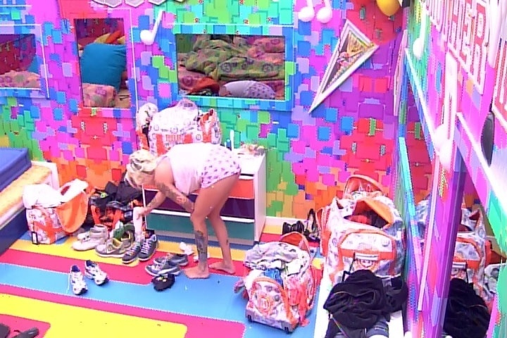 6.mar.2014 - Por vingança, Clara joga creme dentro dos tênis de Marcelo no quarto Festa