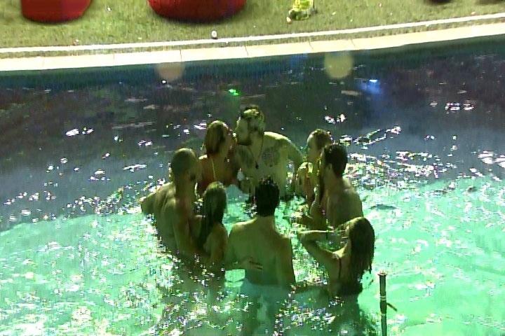 6.mar.2014 - Roda de selinhos - parte 2: Depois da Festa Vegas, todos os brothes se reúnem para dar beijinhos uns nos outros