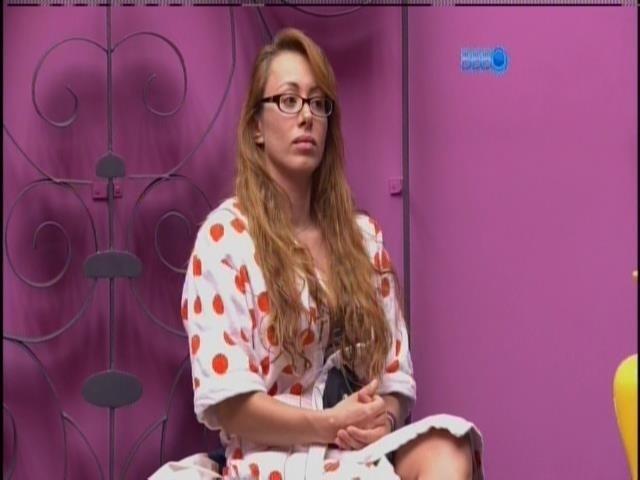 6.mar.2014 - Sonolenta, Aline aguarda sua vez para entrar no confessionário