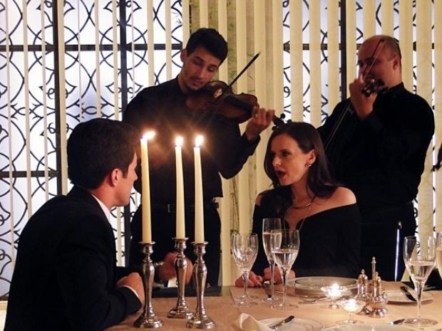 Álvaro prepara uma surpresa romântica e pede Inês em casamento.
