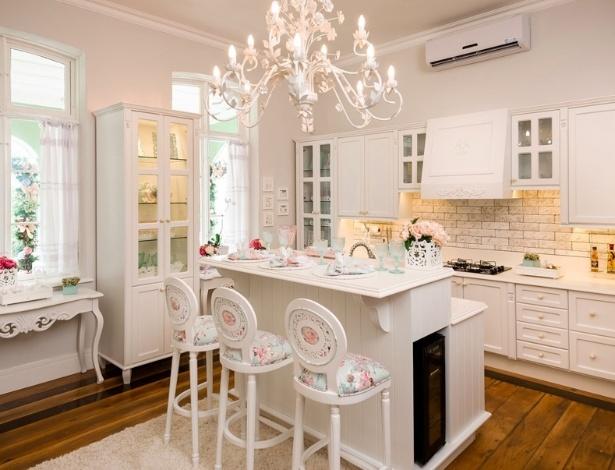 A cozinha (15,75 m²), da Paula Isidoro, ganhou configuração atual, apesar de remeter à inspiração provençal