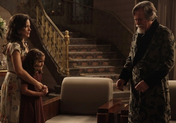 Pérola fica arrasada com o que ouve do avô e Amélia se revolta