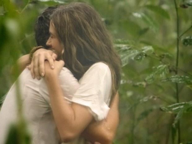 William e Lili se abraçam durante banho de chuva.