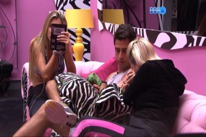 07.mar.2014 - Tatiele pede a Marcelo que não deixe de conversar com Aline