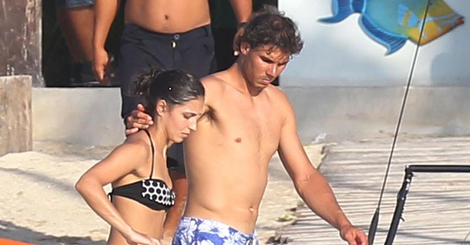2.mar.2014 - Rafael Nadal abraça a namorada, Maria Francisca, chamada de Xisca pelos amigos, após passeio de caiaque, em Cozumel, no México