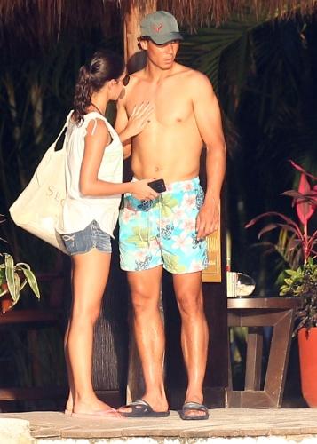 2.mar.2014 - Rafael Nadal troca carinhos com a namorada, Maria Francisca, em hotel em Cozumel, no México