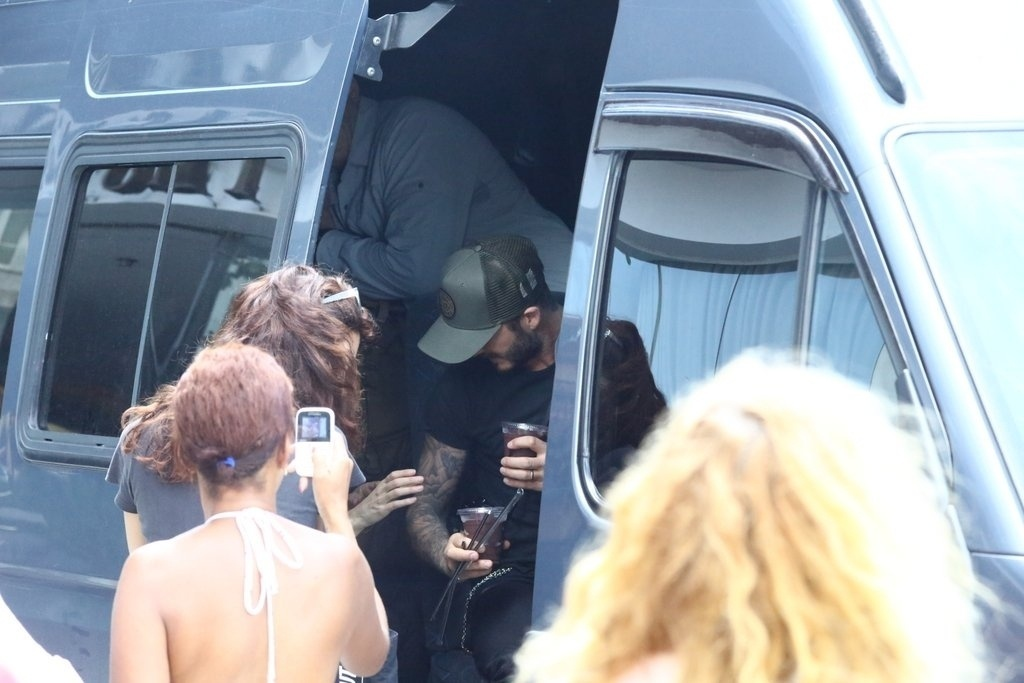 7.mar.2014 - David Beckham deixa hotel no Rio de Janeiro e recebe copo açaí de fãs. Ele está no Brasil para assistir aos desfiles das escolas campeãs do Rio de Janeiro no próximo sábado (8)