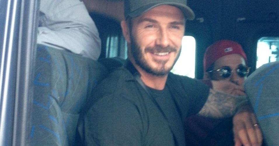 7.mar.2014 - David Beckham posa em van após deixar hotel no Rio. Ele está no Brasil para assistir aos desfiles das escolas campeãs do Rio de Janeiro no próximo sábado (8)