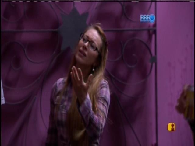 07.mar.2014 - Aline debocha de Marcelo depois de discussão acalorada.