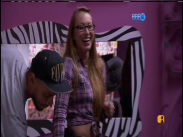07.mar.2014 - Aline ri assim que Marcelo sai da sala