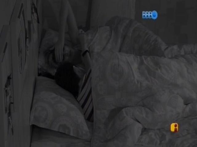 07.mar.2014 - Marcelo conversa com Tatiele sobre a briga com Aline na festa.