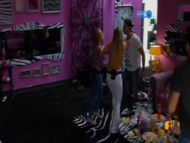 07.mar.2014 - Marcelo discute com Aline.