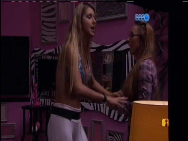 07.mar.2014 - Tatiele tenta separar a briga entre Marcelo e Aline