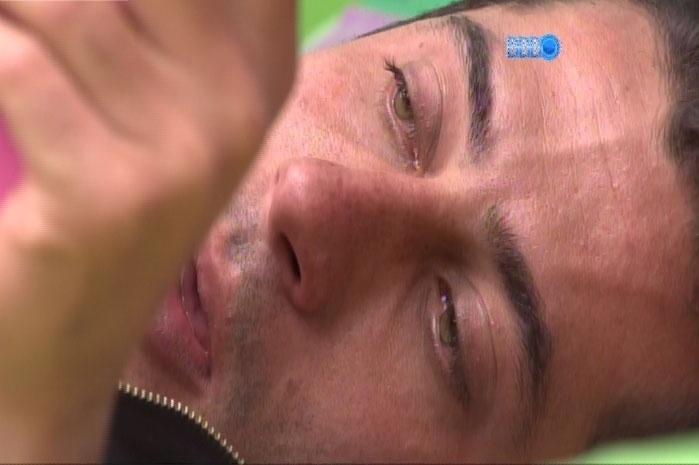 08.mar.2014 - Após término de romance, Marcelo tenta convencer Angela a reatar romance. Sem sucesso; brother chora