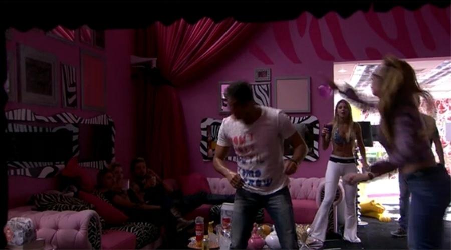 07.mar.2014 - Aline joga copo em Marcelo