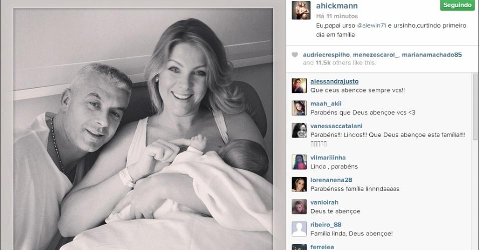 8.mar.2014 - A apresentadora Ana Hickmann mostra no Instagram a primeira foto ao lado do marido, Alexandre Côrrea, e do filho, também chamado Alexandre, que nasceu na noite de sexta (7)