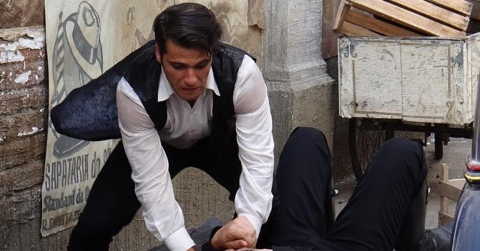 8.mar.2014 - Franz salva Amélia e briga com Manfred