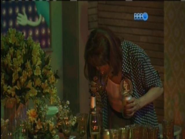 08.mar.2014 - Ledi, mãe de Aline cheira o copo antes de pegar bebida.