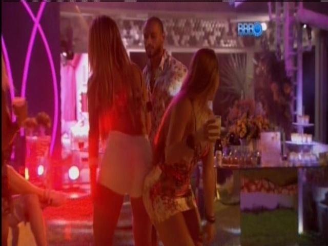 08.mar.2014 - Aline e Tatiele dançam funk sob o olhar de Valter.