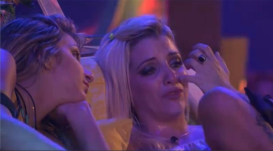 08.mar.2014 - Clara chora com ciúmes de Vanessa.