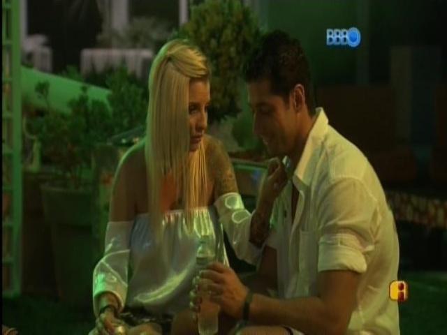 08.mar.2014 - Clara faz fofoca de Angela para Marcelo.