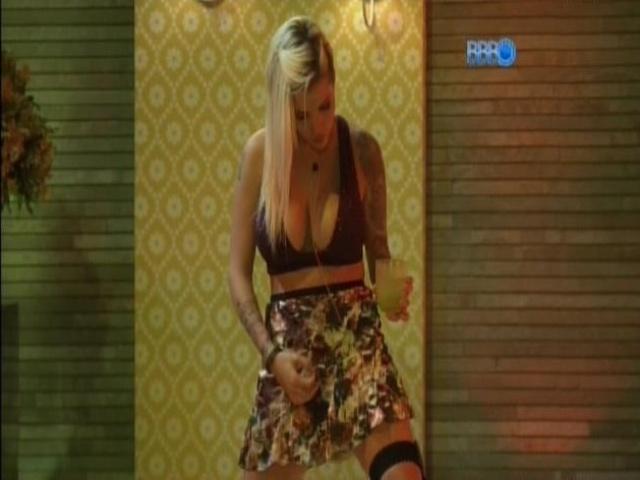 08.mar.2014 - Clara faz performance para chamar atenção de Vanessa.
