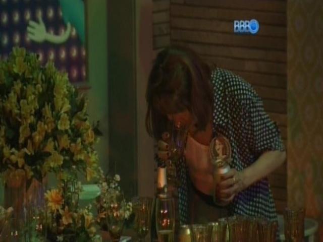 08.mar.2014 - Ledi, mãe de Aline, cheira o copo antes de se servir