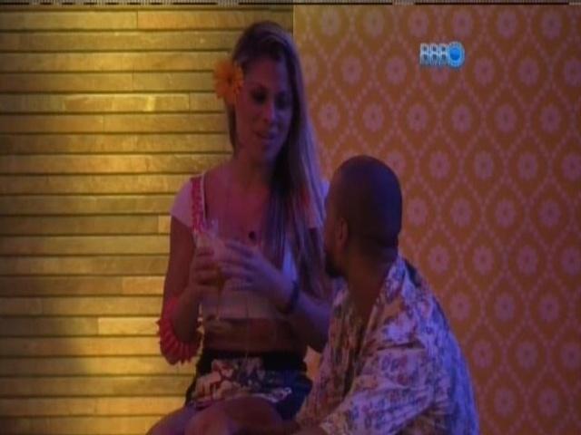 08.mar.2014 -Vanessa revela a Valter que não posaria nua.