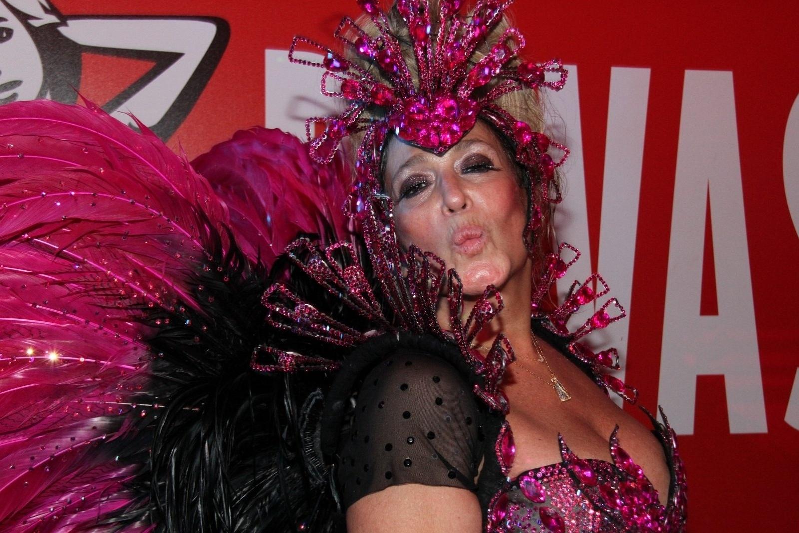 09.mar.2014- Animada, Susana Vieira faz pose mandando beijinho no ombro