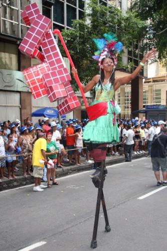 09.mar.2014-  Com fantasias criativas, foliões se despedem do Carnaval do Rio com o Monobloco