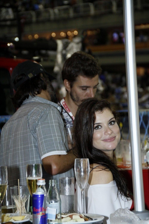 09.mar.2014- Grávida do primeiro filho, Alinne Moraes assistiu aos desfiles sentada de um camarote na Sapucaí