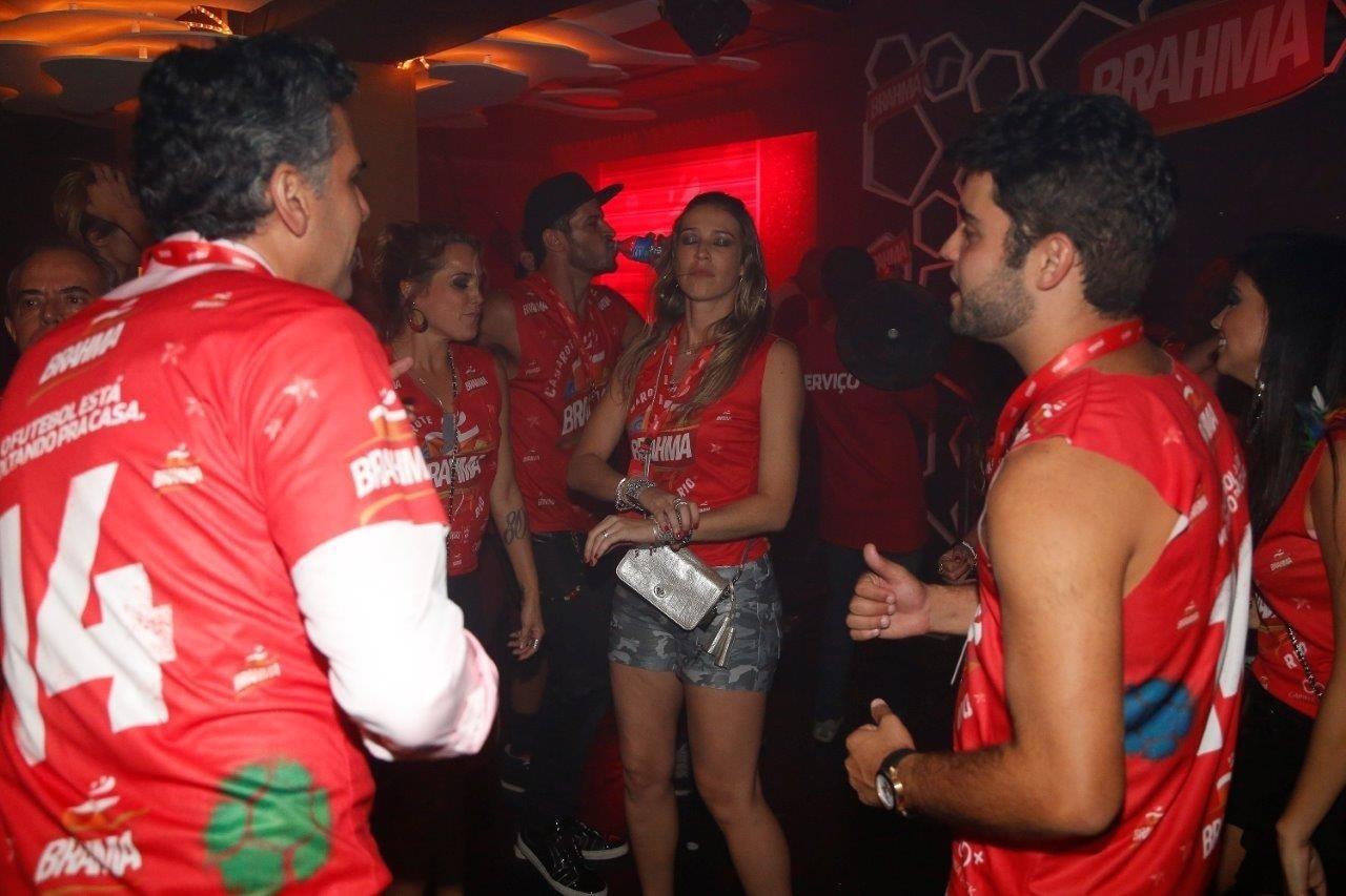 09.mar.2014- Luana Piovani também foi flagrada se divertindo na pista de dança