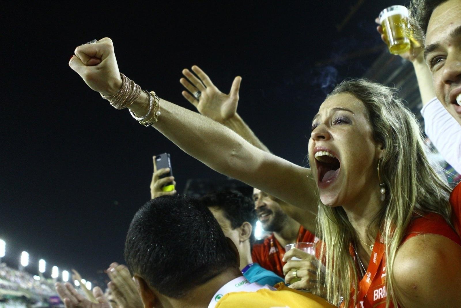 09.mar.2014- Luana Piovani vibra com comissão de frente da Unidos da Tijuca