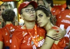Maria Gadú e a namorada assistem Desfile das Campeãs abraçadinhas - Foto Rio News