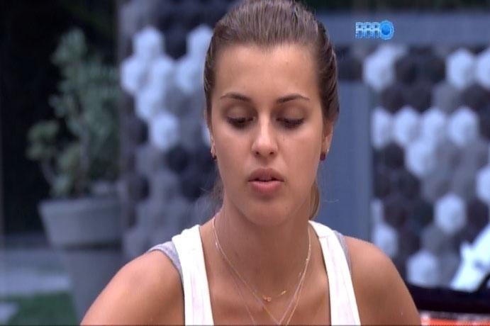 9.mar.2014 - Angela não perdoa e detona Marcelo para outros brothers; ela definiu o paranaense como