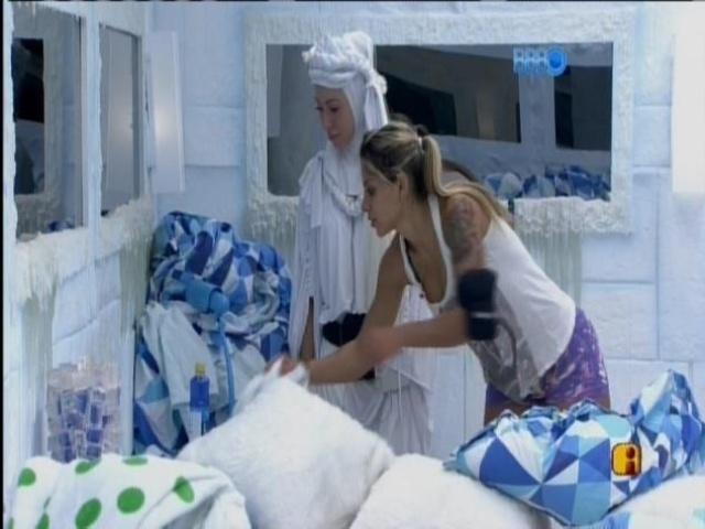 9.mar.2014 - De volta à Sibéria, Clara, Vanessa e Aline limpam o quarto