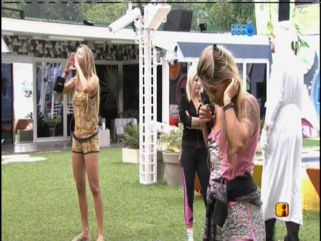 9.mar.2014 - Tatiele, Vanessa e Clara gritam para suas mães e tia