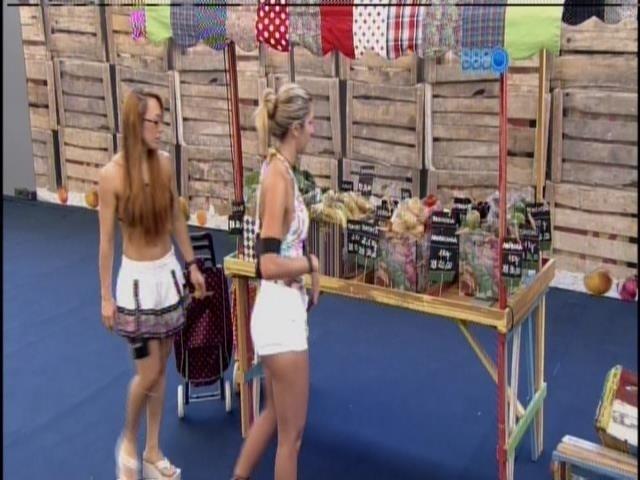 10.mar.2014 - Aline e Tatiele compraram na xepa, pelo grupo roxo