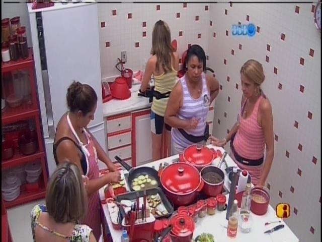 10.mar.2014 - Bel, Leda, Ivone, Zezinha e  Márcia preparam o almoço