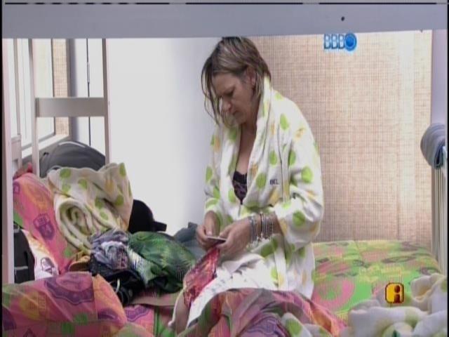 10.mar.2014 - Bel, mãe de Tatiele, ajeita a mala